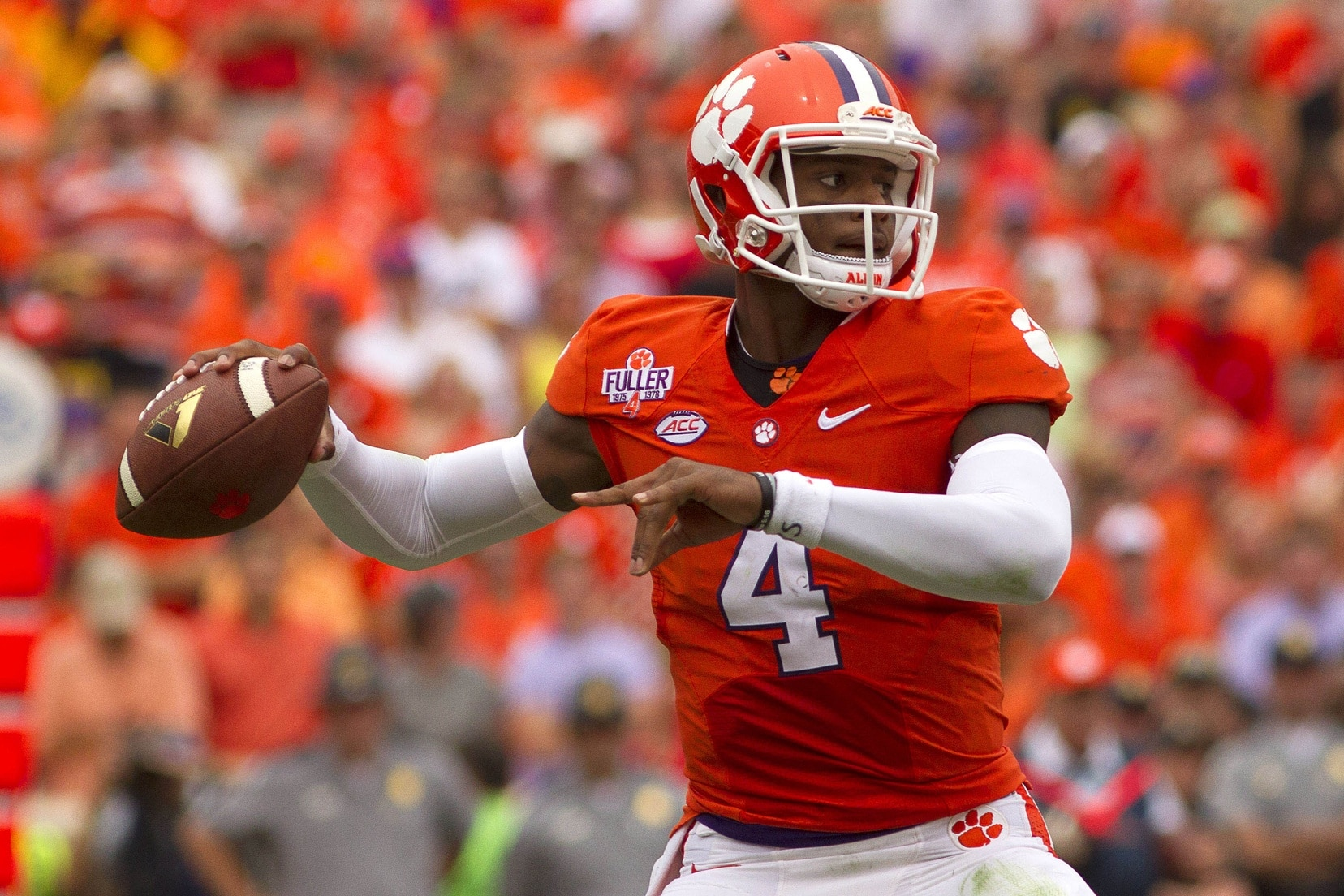 official photos 380b5 7e875 Deshaun Watson leaves game with apparent shoulder injury