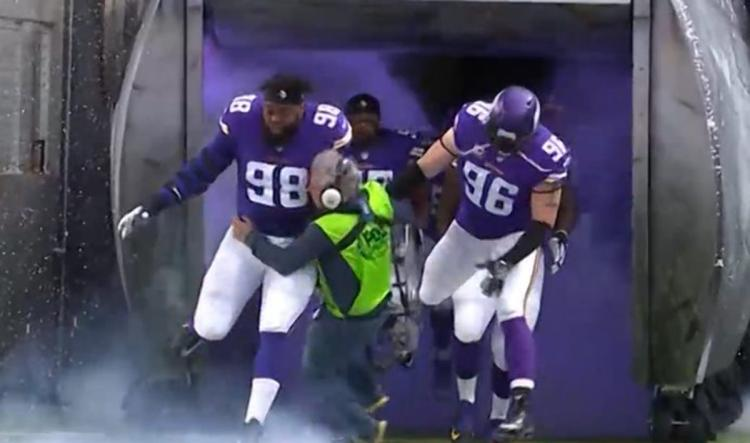 Vikings Players To Send Signed Picture To FOX Sound Man