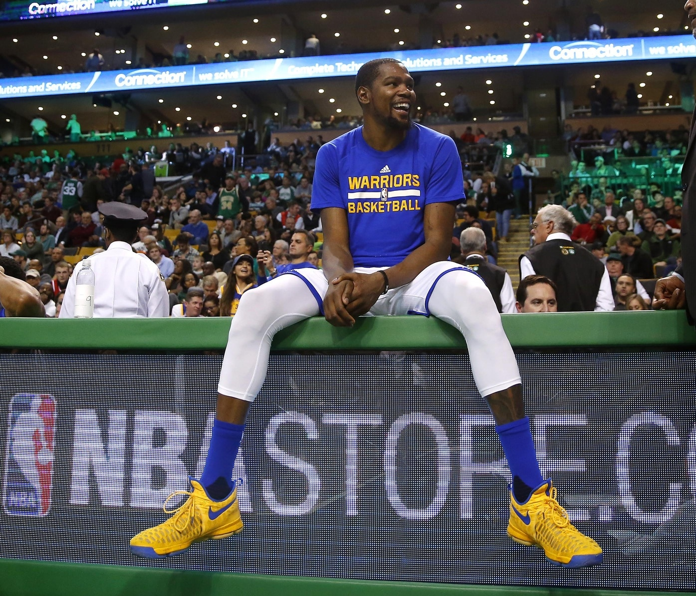 101f9d29a755 WATCH  Kevin Durant loses shoe