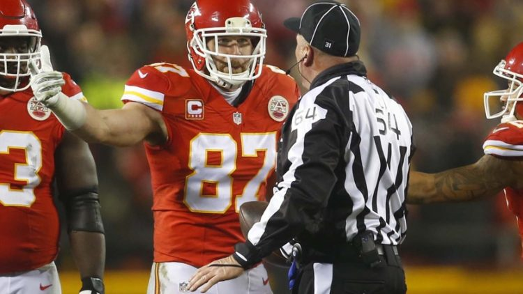 Chiefs' Travis Kelce argues with official during NFL game