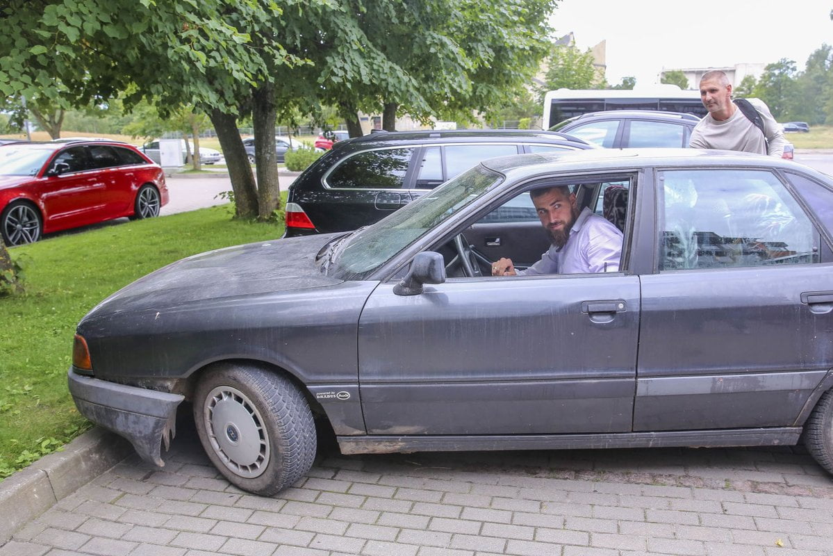 Check out this ride Jonas Valanciunas pulled up to work in.