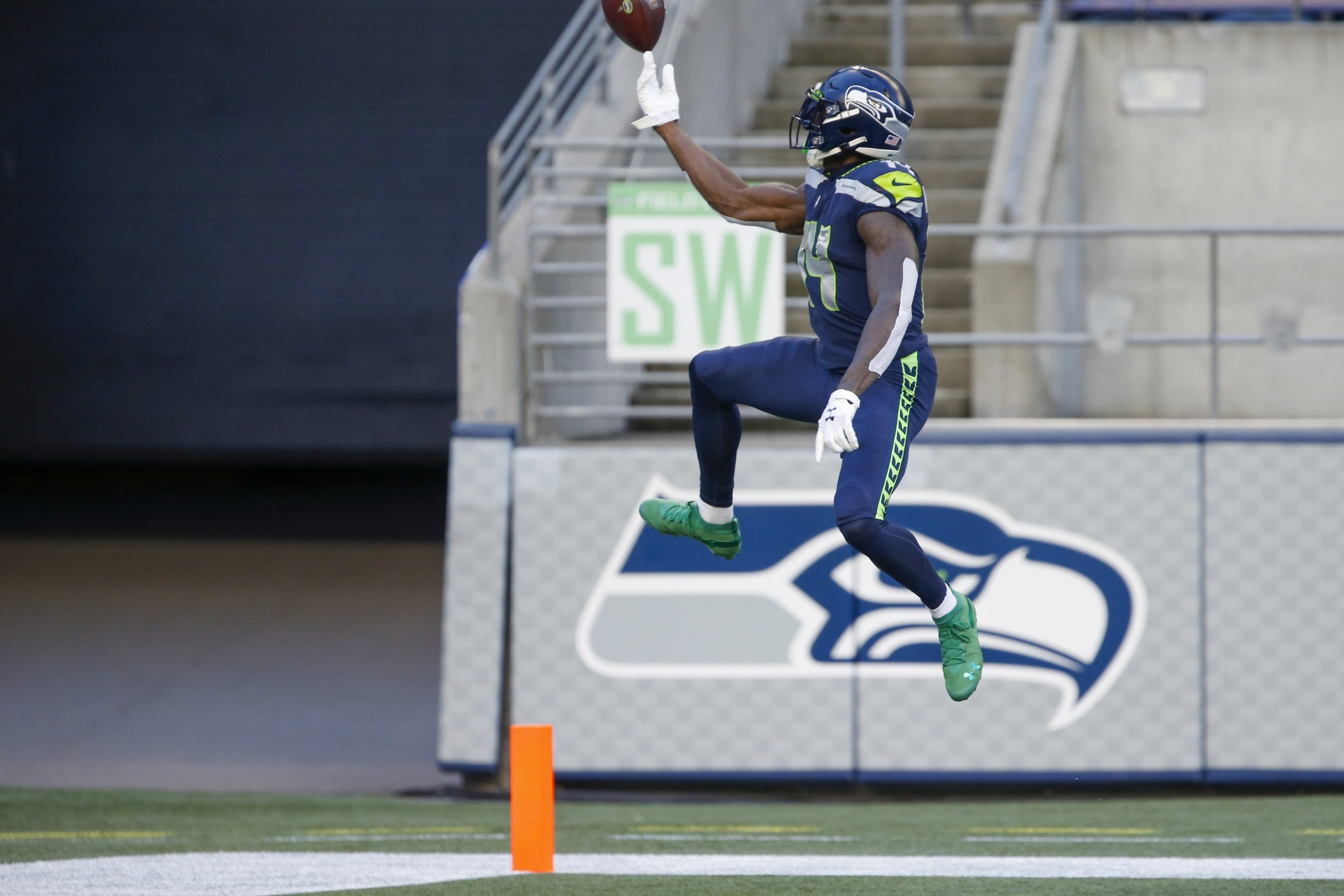Watch Dk Metcalf S Epic Blunder Costs Seahawks A Touchdown Vs Cowboys Sportsnaut