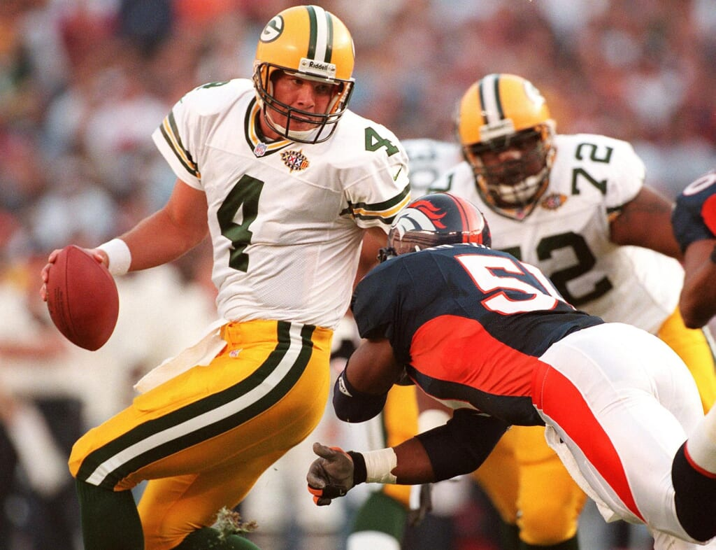 Green Bay Packers quarterback Brett Favre (L) avoi